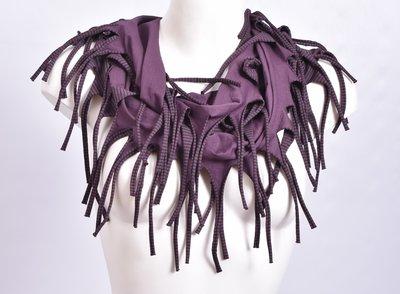 sjaal, aubergine met een fijn zwart streepje en franjes, tricot