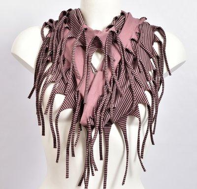 Sjaal, oud roze met een fijn zwart streepje en franjes, tricot