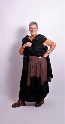 Made in Italy, bruine aparte rok met zwarte onderrand van 30 cm en zak op de onderrand.