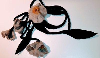Gevilte mooie zwarte lange ketting /sjaal met grote grijze/oker bloem