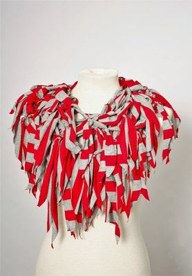 Myrjo rood grijze ketting met sliertjes ,handwerk