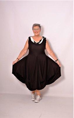 Myrjo A-lijn tricot viscose jurk / tuniek met bollingen op voor en achterpand zwart/witte  sjaal kraag.