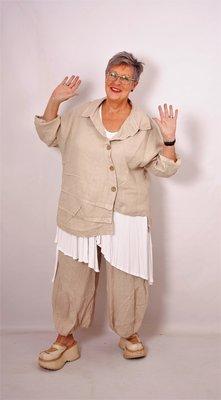 Moonshine zand kleur blouse met schuine knoopsluiting, plooien rechter voorpand gestikt, oprolbare mouwen,  ruches aan onderkant en oprolbare mouw