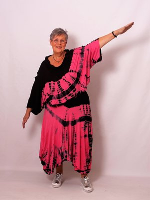 Aparte poncho ThomB zwart roze batikprint, A-lijn met col, armsgaten onderin top