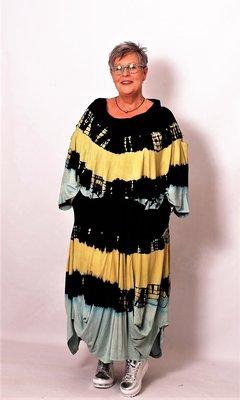 Aparte poncho ThomB zwart geel groen batikprint, A-lijn met col, armsgaten onderin top
