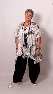 Tuniek Myrjo zwart/wit katoen,plooien op het onderpand, A-lijn en korte mouw.