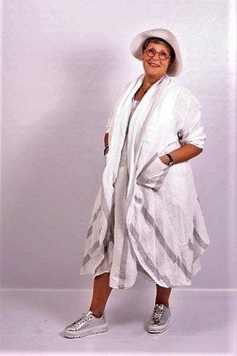 Jasje/ vest, Moonshine, lang en ruim, off white, grijze streep, A-lijn, lange mouw, zakken op taillehoogte