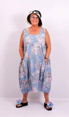Jurk licht blauw met print, lang linnen, rechte hals, naden ingestikt, band onderaan jurk gestikt
