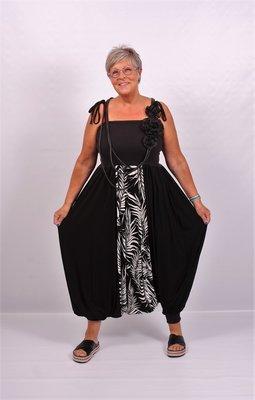 Jumpsuit zwart, met zwart wit print, Ballonmodel, schouderbandjes en leuke details,Myrjo