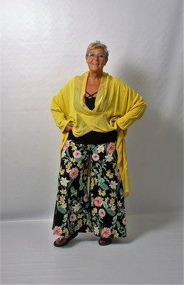 Broek, lekker ruim, wijde pijpen,zwart met groen bloemenprint, rekbare taille, Myrjo.