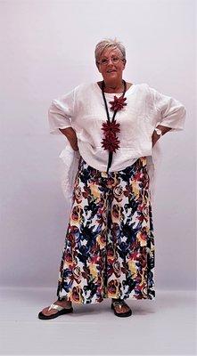 Broek, lekker ruim, wijde pijpen,wit met bonte kleurenprint, tricot rekbare taille, Myrjo.