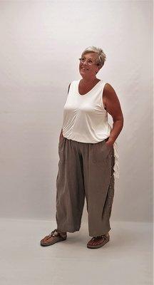 Broek taupe Moonshine, zakken, randen met knopen aan zijkant, rekbare taille,linnen,