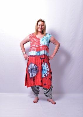 A-lijn jurk /lang shirt, Thom B blauw/rood, cap mouw, batik, tie-dye print, split aan de zijkanten.