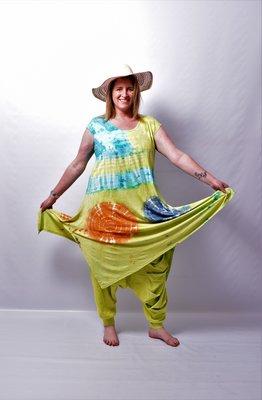 A-lijn jurk /lang shirt, Thom B lime/blauw, cap mouw, batik, tie-dye print, split aan de zijkanten.