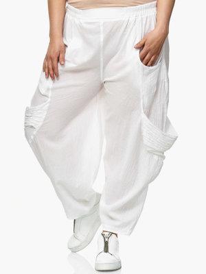 Broek Kekoo, wit, elastische taille, steekzakken, zak met geplooide stof op buitenbeen