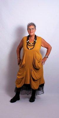 .Moonshine okergele lange jurk A-lijn met bollingen en grote zakken