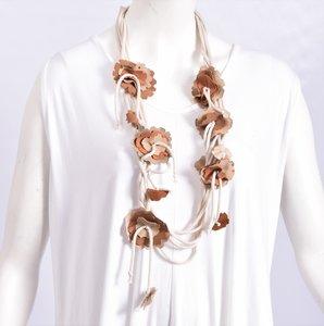 Myrjo mooie stoffen ketting beige/bruin met bloemetjes van dun leer/suède, handwerk