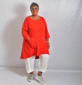 Tuniek, rood, zak op voorpand, bolling achter welke lijkt op puntmuts