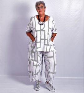 Shirt Kekoo wit, korte mouw,A-lijn, met twee zakken en print.