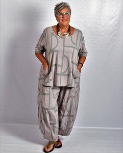 Shirt Kekoo taupe, korte mouw,A-lijn, met twee zakken en print.