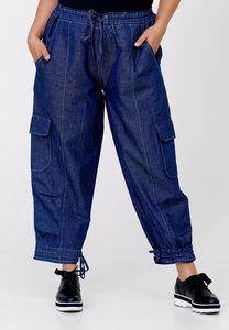 Jeansbroek Kekoo, jeansblauw stone washed, taille met een koord, doorgestikte naden, steekzakken en zakken op kniehoogte