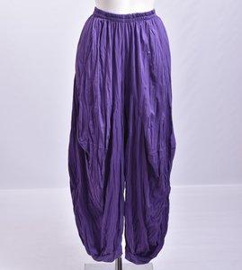 ..Broek, paars, gecrasht tricot, ballonmodel met steekzakken en elastische taille, ingestikte naden